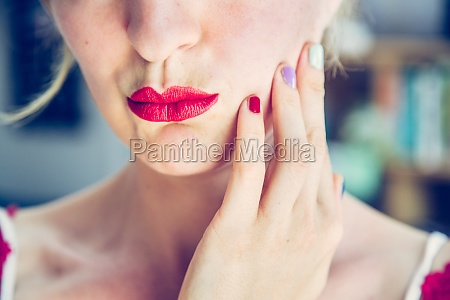 attraktiver roter lippenstift blonde junge frau