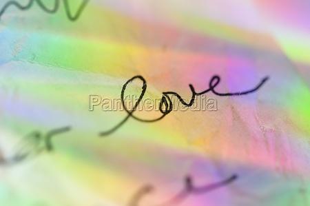 handschrift auf papier mit bunten reflexen