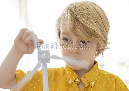junge, (6-7), spielt, mit, windkraftmodell - 29623322