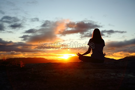 frau silhouette yoga bei sonnenuntergang in