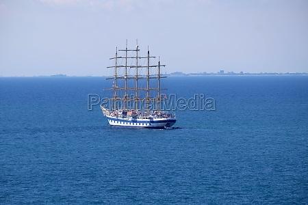 grosses segelboot mit fuenf masten vor