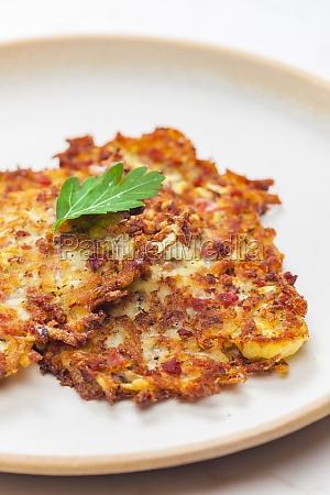stillleben von kartoffelpfannkuchen