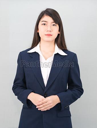 portraet einer asiatischen geschaeftsfrau die auf