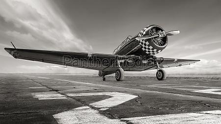 historischeflugzeuge auf einer landebahn