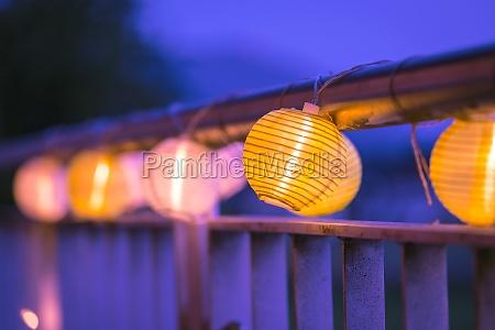 lampions in der nacht gartenparty im