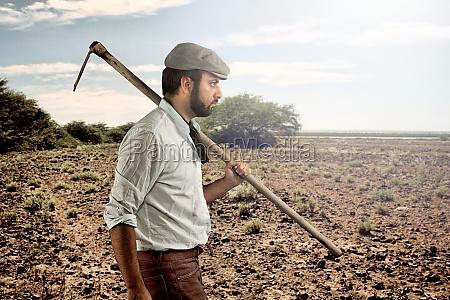 landwirt der durch die felder geht