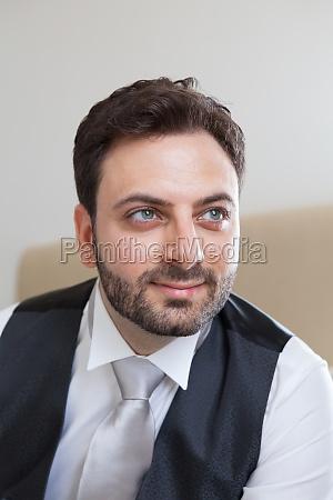 junger italienischer braeutigam vor der hochzeit