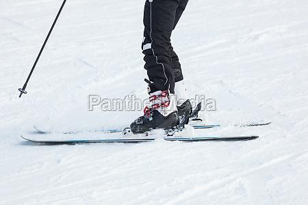 maennliche skifahrer skifahren im neuschnee