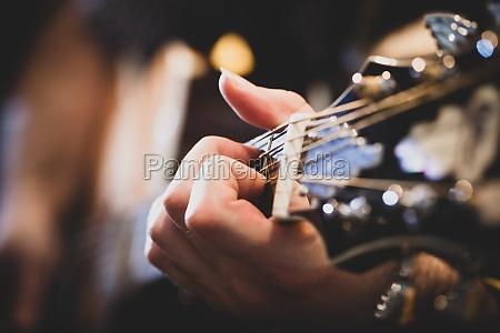klassische gitarre spielen selektiver fokus
