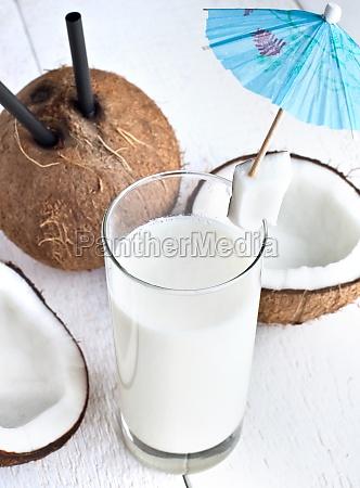 trinken mit milch und kokosnuss
