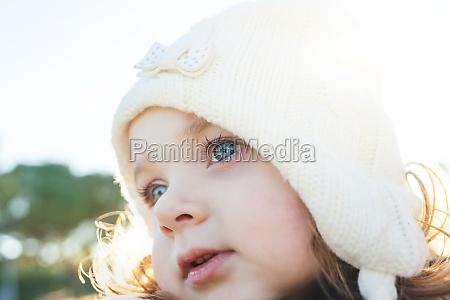 entzueckende kleinkind maedchen von zwei jahren