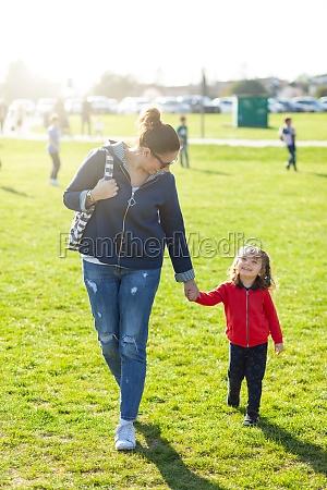 tante und neffe im park