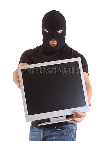 krimimit mit balaclava und monitor