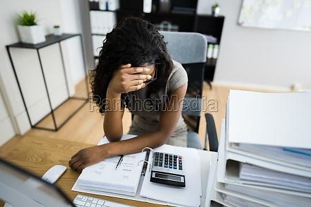 workaholic buchhalter mitarbeiter mit kopfschmerzen