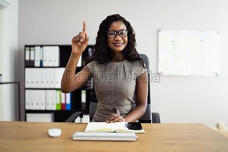 afrikanische frau die die hand aufwirft
