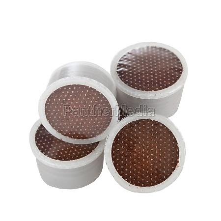 kaffeepads fuer espresso auf weissem hintergrund