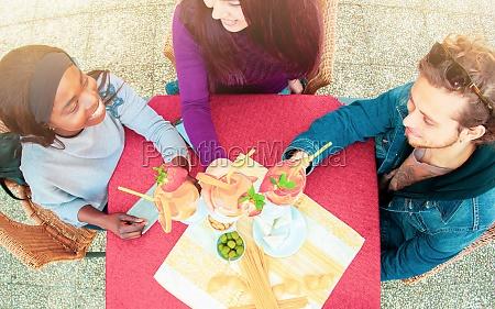 toasten mit cocktails feiern freundschaft
