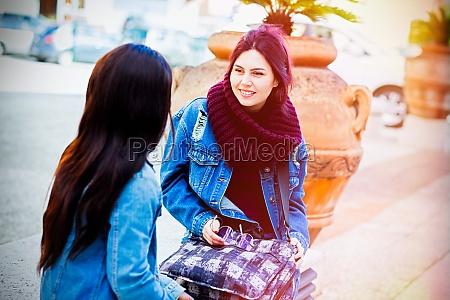 zwei freunde sprechen sitzend auf einer