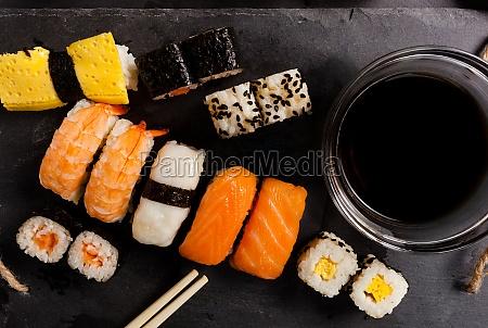 schiefertablett mit verschiedenen sushi