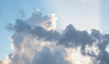 schoene wolken am sonnigen himmel