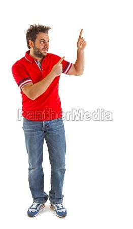 mann zeigt mit rotem t shirt