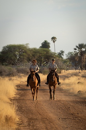 zwei reiterinnen reiten seite an seite