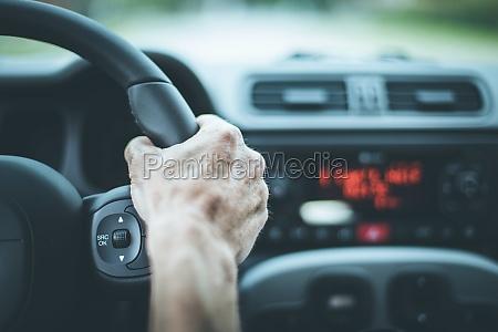 modernes autointerieur maennliche haende am sportwagenlenkrad