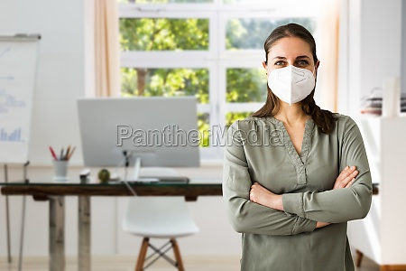 rezeptionist in begabt geschaeftsfrau traegt gesichtsmaske