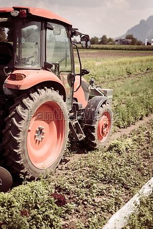 aus dem traktoranbaufeld im fruehjahr landwirtschaft
