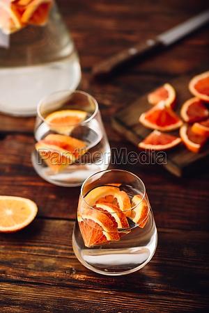 wasser mit roten orangen infundiert
