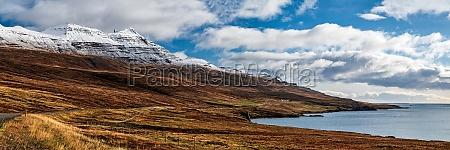 bergblick in reydarfjordur auf der ostseite