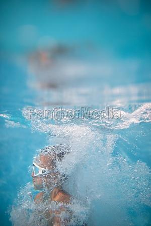 netter kleiner junge in einem schwimmbad