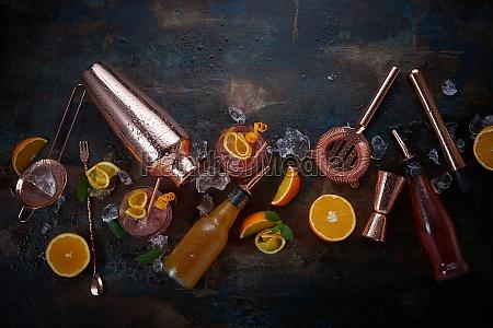 cocktails oder kneipenstillleben mit kupferbar ausstattung