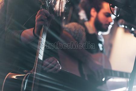 gitarrist waehrend einer musikalischen darbietung