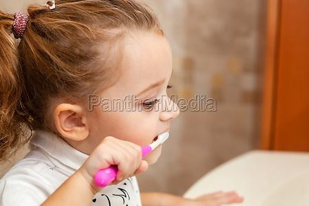 nettes kleines maedchen reinigung zahn mit