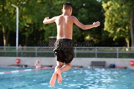 badespass und springen m freibad laakirchen