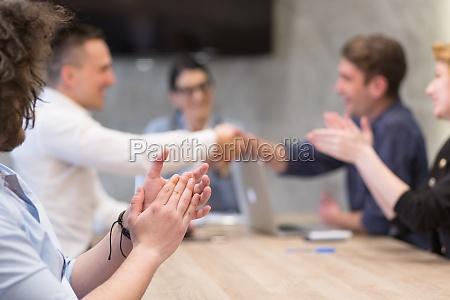 geschaeftspartner shake hands auf meetinig in