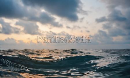 meeresoberflaeche abstrakte nahaufnahme niedrigwinkelansicht aus der