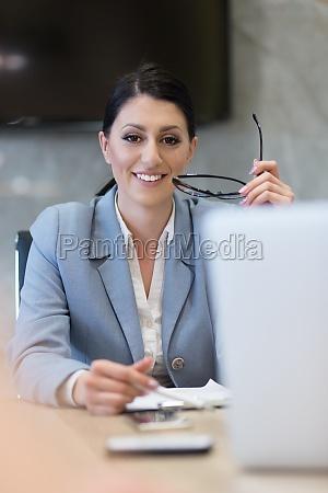 portraet einer erfolgreichen geschaeftsfrau