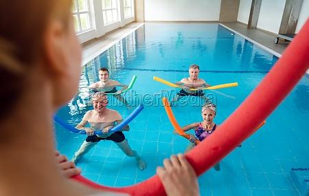 personen, im, aqua-fitness-kurs, während, einer, physiotherapie-sitzung - 29654278