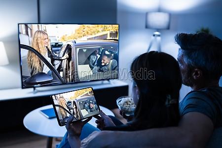 familie, schaut, fernsehen, über, tablet-fernsehen - 29665442