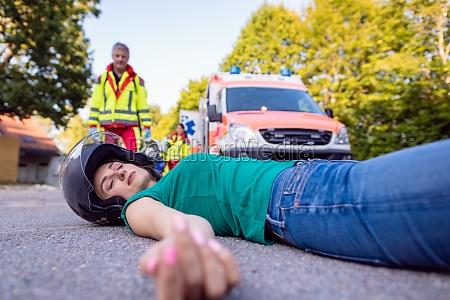 motorradfahrer nach unfall mit verletzungen auf