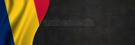 tschad flagge auf betonwand banner mit