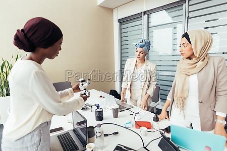 weibliche kollegen diskutieren roboter