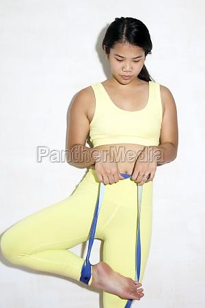 contortionist mit widerstandsband