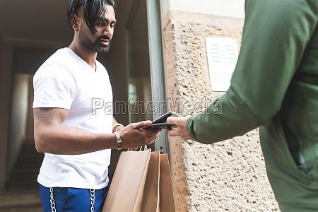 mann sammelt takeaway lieferung mit kontaktlosem
