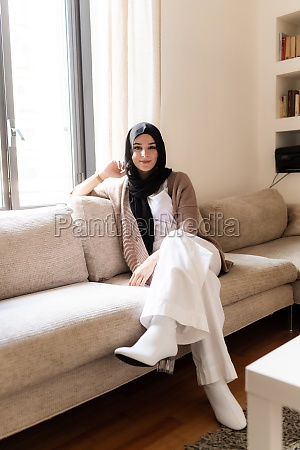 junge muslimische frau zu hause