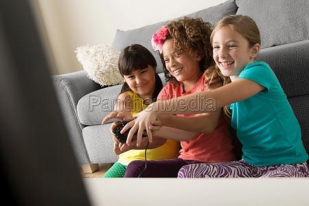drei maedchen spielen videospiel