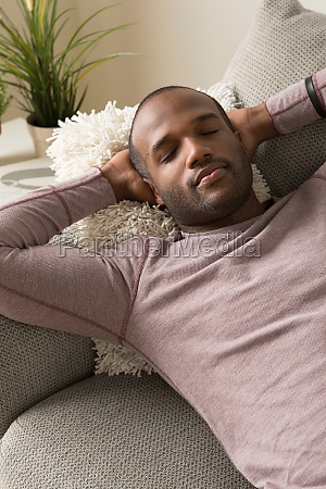 mittlere erwachsene mann schlafen auf dem