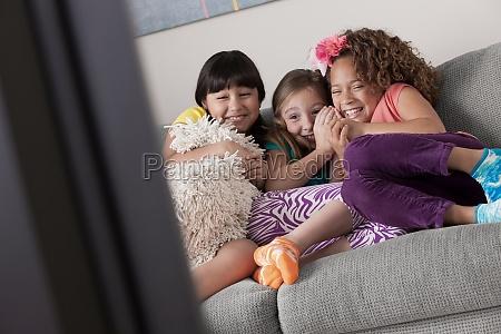 drei maedchen vor dem fernseher